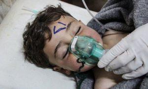 طفل سوري يتلقى العلاج عقب استهداف قوات النظام السوري بالسلاح الكيماوي - 15 تشرين الأول 2018 (BBC)