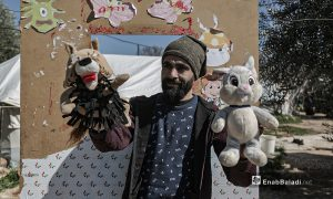 عرض مسرحي للدمى المتحركة قدمته فرقة الحارة المسرحية في إحدى مخيمات النازحين قرب مدينة إدلب 28 آذار 2021 (عنب بلدي/ تصوير يوسف غريبي).