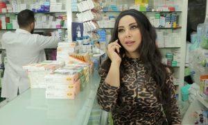 لقطة من مقطع تمثيلي مصور في إحدى الصيدليات عن تغير أسعار الأدوية (مؤسسة بانة للإنتاج والتوزيع الفني)