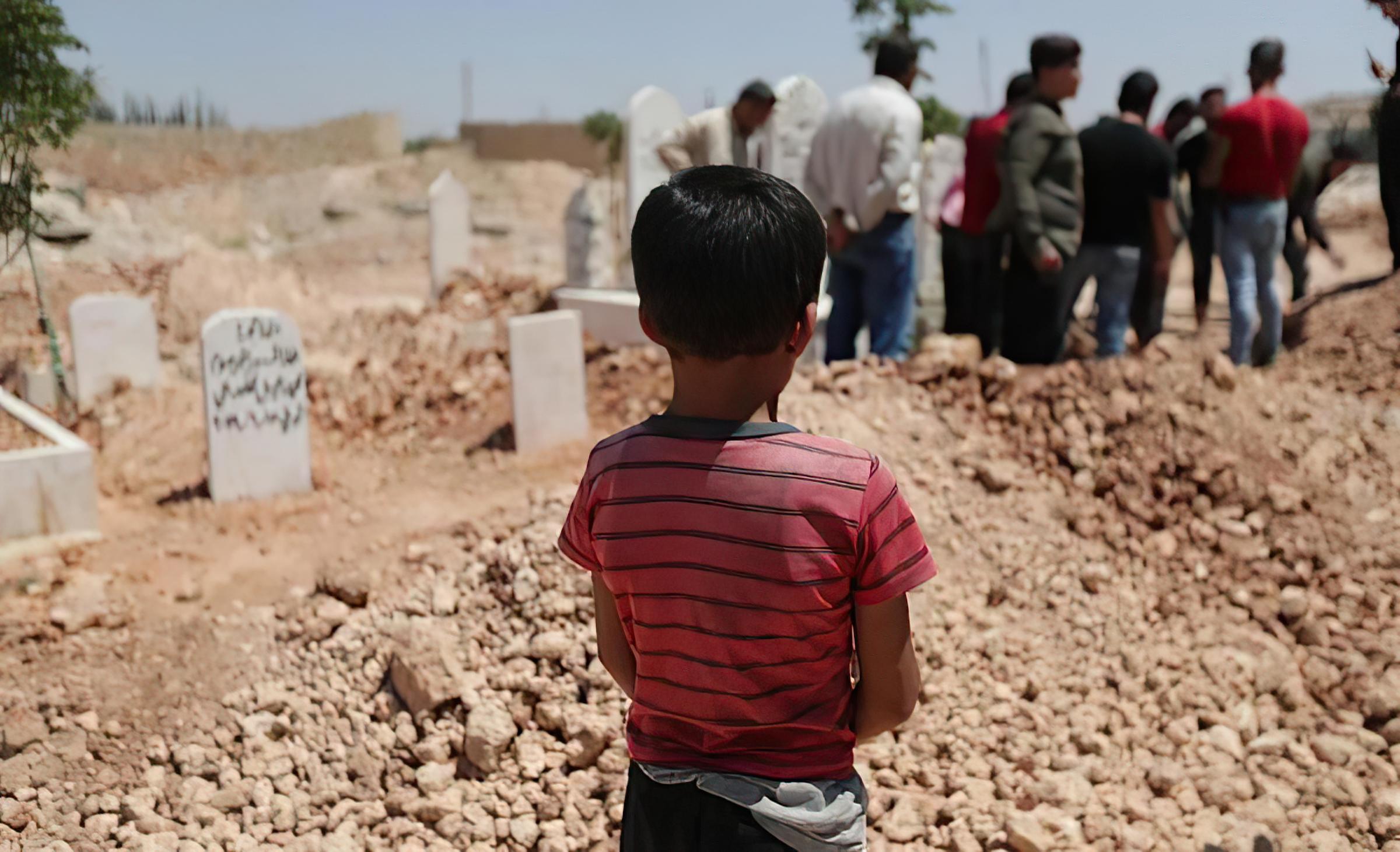 طفل يقف داخل مقبرة (أنقذوا الأطفال)