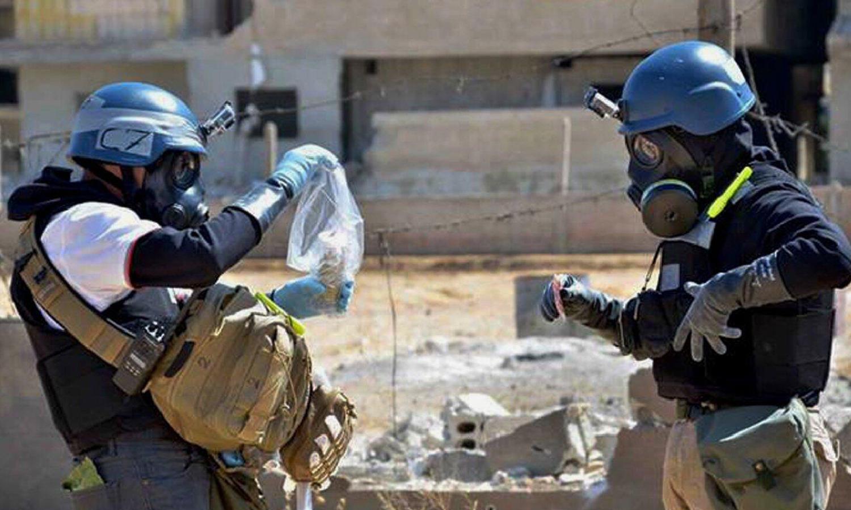 عناصر من منظمة حظر الأسلحة الكيماوية في الغوطة الشرقية عام 2013 (AFP)