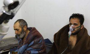 مصابون بهجمات الكيماوي على سراقب (AFP)