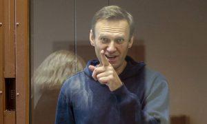 المعارض الروسي، أليكسي نافالني، خلال جلسة استماع في المحكمة (AP)