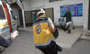 قوات الدفاع المدني تسعف المدنيين الذين أصيبوا باستهداف لقوات النظام في منطقة ناجية بريف إدلب - 8 نيسان 2021 (الدفاع المدني)