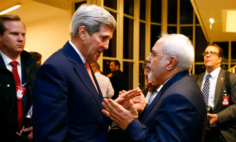وزير الخارجية الأمريكي الأسبق جون كيري مع وزير الخارجية الإيراني محمد جواد ظريف في فيينا بعد أن تحققت الوكالة الدولية للطاقة الذرية من أن إيران قد استوفت جميع شروط الاتفاق النووي - 16 كانون الثاني 2016 (كيفين لامارك)