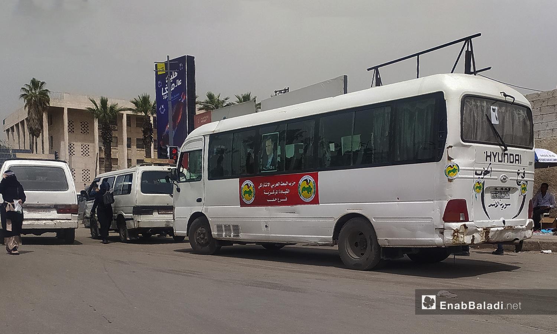 باصات النقل المجاني التابعة بحزب البعث والتي تحمل صورة رئيس النظام السوري بشار الأسد في حلب - نيسان 2021 (عنب بلدي/ صابر الحلبي)