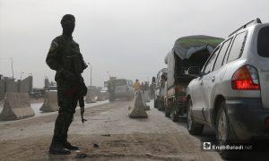 """عنصر من """"الجيش الوطني"""" يقف عند حاجز المدخل الشرقي لمدينة اعزاز - 17 نيسان 2021 (عنب بلدي/ وليد عثمان)"""