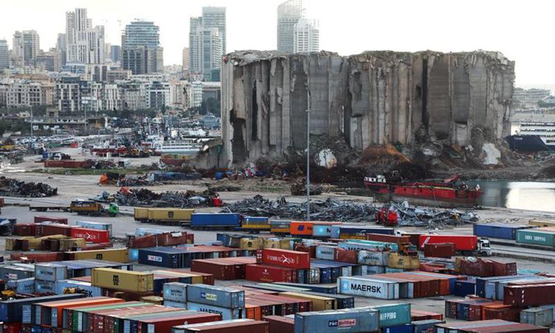 آثار الدمار في مرفأ بيروت بعد الانفجار الذي ضربه في 4 من آب 2020 (رويترز)