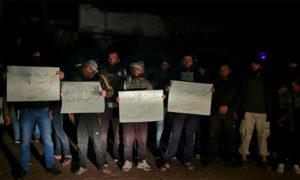 مظاهرة ليلية في بلدة مزيريب في ريف درعا الغربي تطالب بالإفراج عن فتاة اعتقلها حاجز للنظام على طريق دمشق - 4 نيسان 2021 (ناشطون)