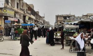 """الازدحام في مدينة الرقة قبل يوم من فرض الحظر الكلي للحد من انتشار فيروس """"كورونا"""" - 5 نيسان 2021 (عنب بلدي/ حسام العمر)"""