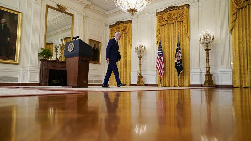 الرئيس الأمريكي، جو بايدن، يخرج من الغرفة الشرقية في البيت الأبيض - 15 من نيسان (AP)