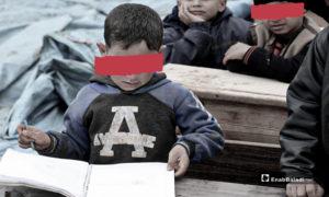 طلاب يتلقون تعليمهم في خيمة مهترئة في مخيمات شرقي قرية كفرعروق شمالي إدلب- 14 من آذار (عنب بلدي)