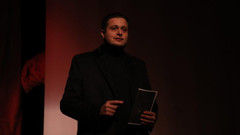 المخرج إبراهيم سرميني يخاطب الجمهور قبل بدء العرض المسرحي تحت الصفر على خشبة مسرح المركز الثقافي بإدلب - 27 آذار 2021 (بنفسج)