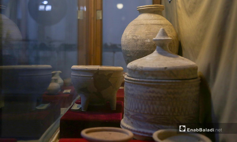 قطع أثرية متنوعة في متحف مدينة إدلب شباط 2021 (عنب بلدي - يوسف غريبي)