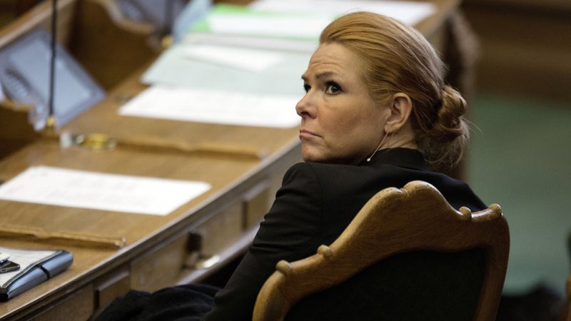 وزيرة الهجرة والاندماج السابقة في الدنمارك، إنغر ستويبرغ، تجلس في البرلمان في كوبنهاغن في أثناء جلسة لمحاسبتها حيال فصل الأزواج اللاجئين عندما يكون أحدهما قاصرًا - كانون الثاني 2016 (AP)