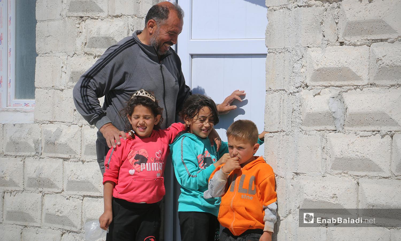 عائلة من قرية أم باطنة في مخيم أفاد في منطقة ديرحسان شمالي إدلب - 22 أيار 2021 (عنب بلدي - إياد عبد الجواد)