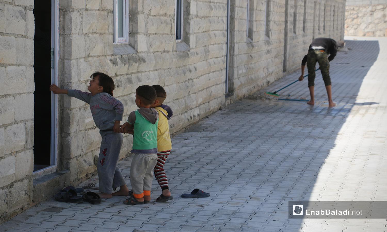 أطفال من قرية أم باطنة في مخيم أفاد في منطقة ديرحسان شمالي إدلب - 22 أيار 2021 (عنب بلدي - إياد عبد الجواد)