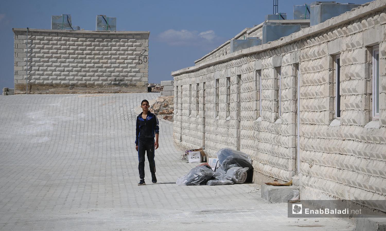 أهالي أم باطنة تنتهي رحلتهم في مخيم أفاد في منطقة ديرحسان شمالي إدلب - 22 أيار 2021 (عنب بلدي - إياد عبد الجواد)