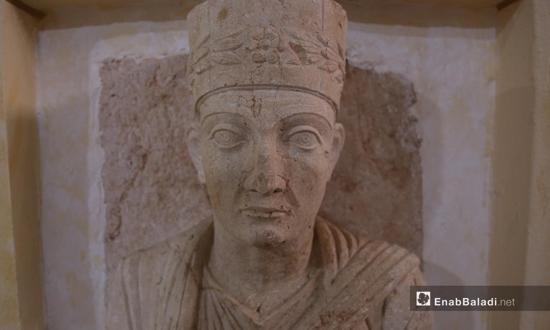 تمثال حجري في متحف مدينة إدلب، مهرب من آثار تدمر إلى الشمال السوري  شباط 2021 (عنب بلدي - يوسف غريبي)