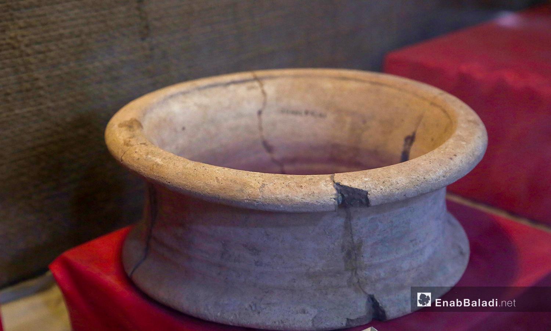 حامل الاناء أثري معروض في متحف مديتة إدلب شباط 2021 (عنب بلدي - يوسف غريبي)
