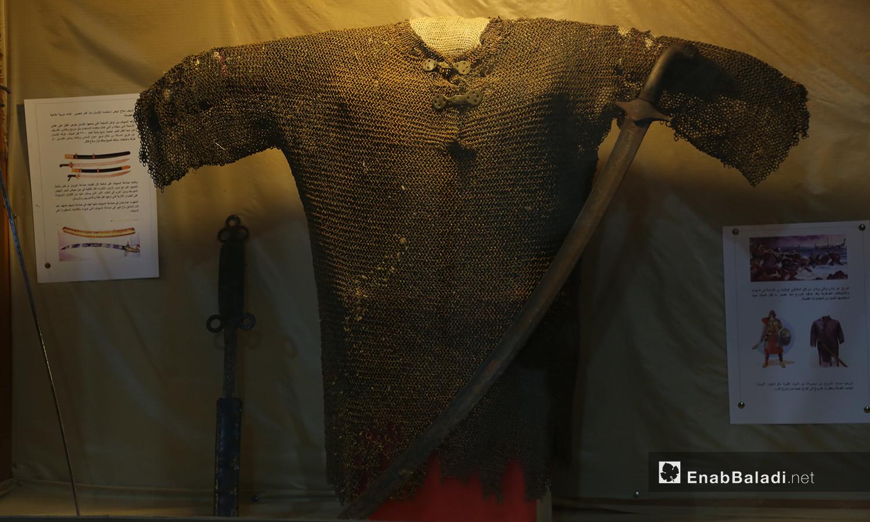 درع وسيف أثريان معروضان في متحف مدينة إدلب شباط 2021 (عنب بلدي - يوسف غريبي)