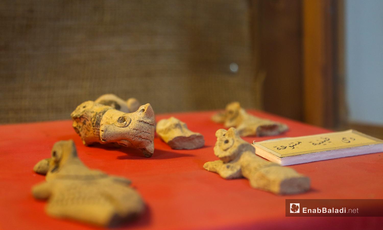 دمى طينية أثرية متنوعة في متحف مدينة إدلب شباط 2021 (عنب بلدي - يوسف غريبي)
