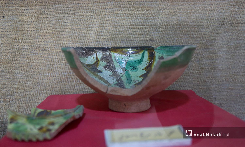 وعاء أثري قديم في متحف مديتة إدلب شباط 2021 (عنب بلدي - يوسف غريبي)