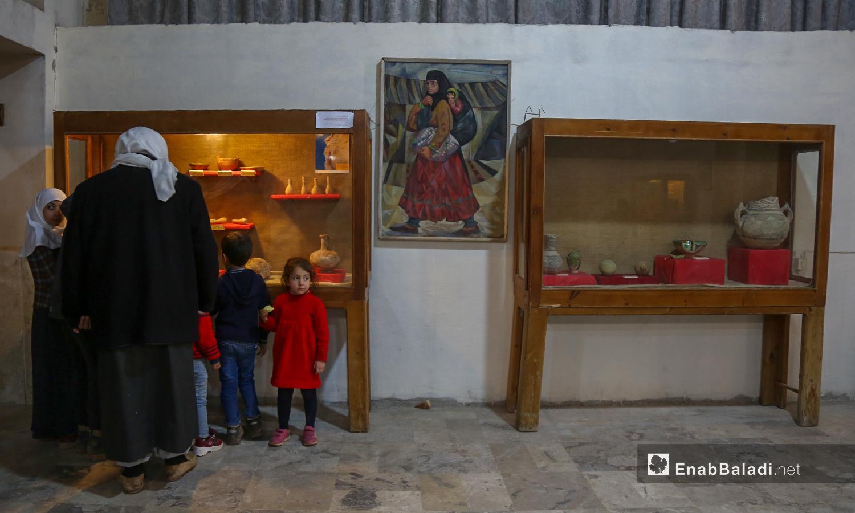 زوار يشاهدون الاثار الموجودة داخل متحف مدينة إدلب شباط 2021 (عنب بلدي - يوسف غريبي)