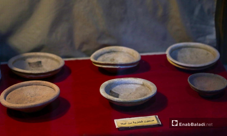 صحون فخارية أثرية في متحف مديتة إدلب شباط 2021 (عنب بلدي - يوسف غريبي)