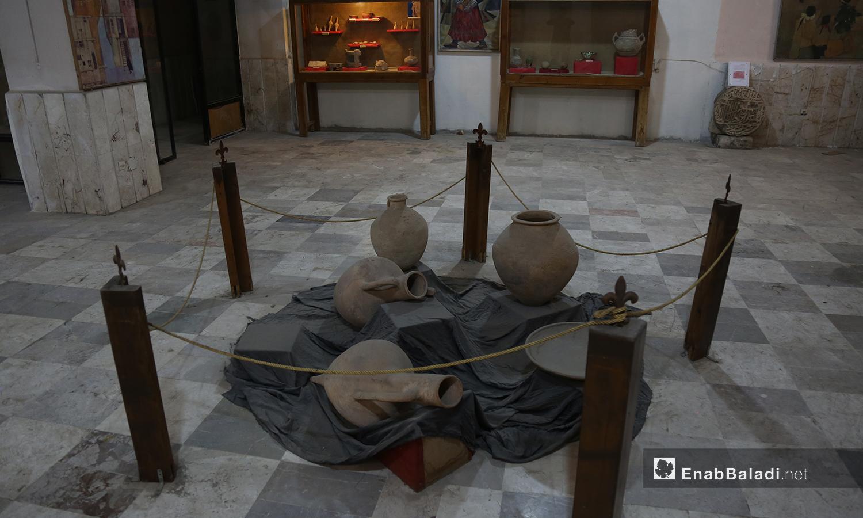 فخار أثري يتوسط أرضية متحف إدلب شباط 2021 (عنب بلدي - يوسف غريبي)