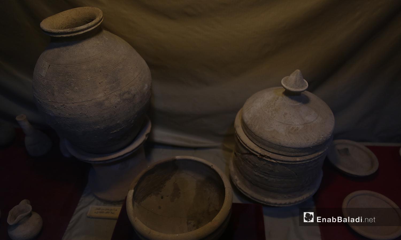 فخار أثري معروض في متحف مدينة إدلب  شباط 2021 (عنب بلدي - يوسف غريبي)