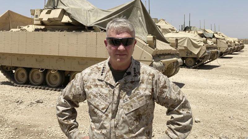 الجنرال في مشاة البحرية فرانك ماكنزي، القائد الأعلى للقوات الأمريكية في الشرق الأوسط، يتحدث إلى وسائل الإعلام بعد وصوله إلى سوريا للقاء قادة وقوات الولايات المتحدة وحلفائها، 21 من أيار 2021. (AP)
