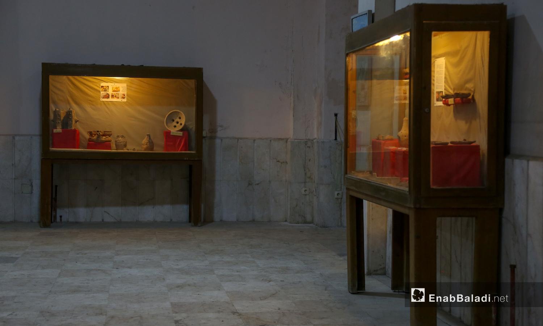 واجهات زجاجية لعرض الاثار على الزوار داخل متحف مدينة إدلب شباط 2021 (عنب بلدي - يوسف غريبي)