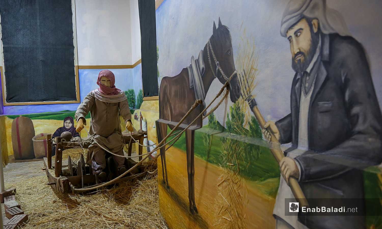 لوحة ومجسم لأدوات زراعية قديمة في متحف مدينة إدلب شباط 2021 (عنب بلدي - يوسف غريبي)