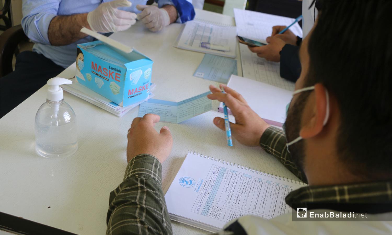 """انطلاق حملة التلقيح ضد فيروس """"كورونا المستجد"""" (كوفيد- 19) في اعزاز بريف حلب - 3 أيار 2021 (وليد عثمان عنب بلدي)"""