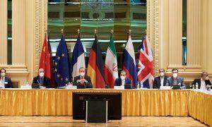 رؤساء الوفود المشاركة في محادثات فيينا حول الملف النووي الإيراني خلال جلسة مفاوضات، 6 نيسان من 2021. (رويترز)