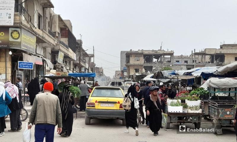 مواطنون في سوق الرقة الشرقي بمدينة الرقة 5 من نيسان 2021 (عنب بلدي/ حسام العمر)