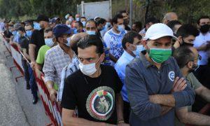 سوريين أمام السفارة السورية في بيروت يشاركون في الانتخابات الرئاسية في 20 من أيار (AP)