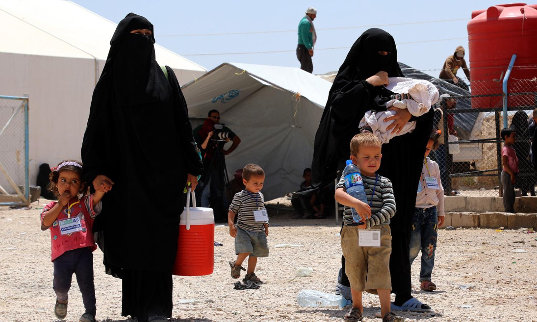 عائلات في مخيم الهول (EPA)