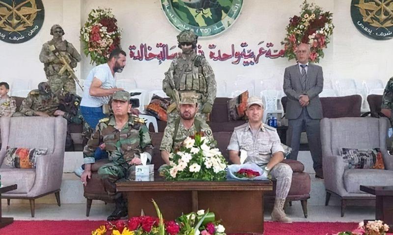 سهيل الحسن برفقة عناصر من القوات الخاصة الروسية في أحد المراكز الانتخابية - 26 من أيار 2021 (Канал специального назначения)