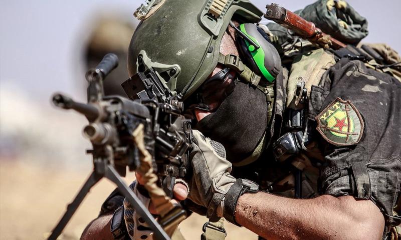 مقاتل من للقوات الخاصة للأمن الداخلي التابع لقوات سوريا الديمقراطية خلال عملية أمنية ضد خلايا تنظيم الدولة الإسلامية في ريف دير الزور - أيار 2021 (الإعلام الحربي لقوات سوريا الديمقراطية)