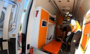عناصر الدفاع المدني يسعفون طفلة تعرضت للإصابة بالقصف المدفعي على مدينة عفرين شمال حلب - 2 أيار 2021 (الدفاع المدني السوري)
