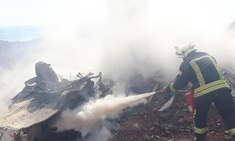 فرق الدفاع المدني تطفئ حريقًا مشتعلًا بسيارة استهدفت بصاروخ موجه غربي حلب - 7 أيار 2021 (الدفاع المدني السوري)