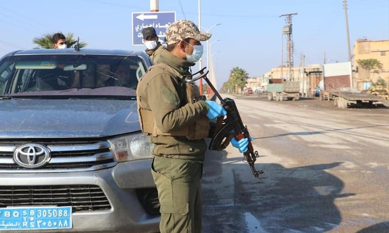 """عنصر من قوات """"الأمن الداخلي"""" (الأسايش) في مدينة الرقة - 13 نيسان 2021 (فيسبوك/ قوى الأمن الداخلي في الرقة)"""