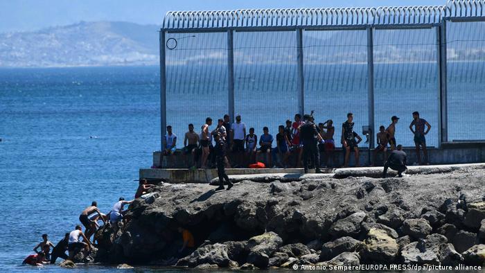 مهاجرون مغاربة يصلون إلى جيب سبتة الإسباني، 2021، DW.