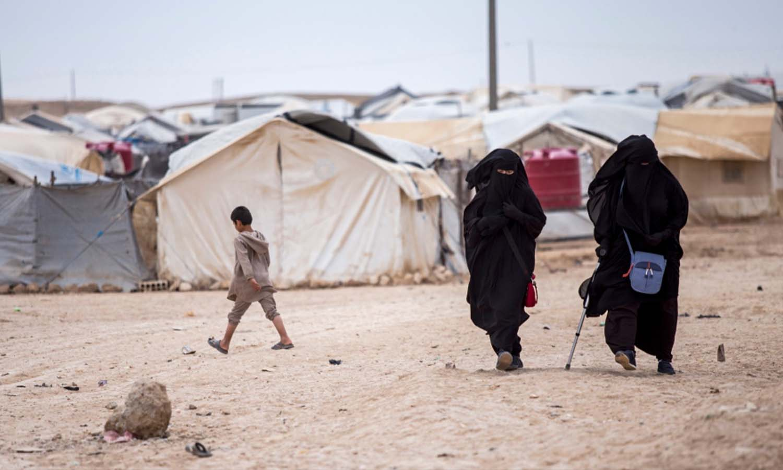 """عائلات وأنصار تنظيم """"الدولة الإسلامية""""، في محافظة الحسكة _ 1 من أيار 2021 (أسوشيتد برس)"""