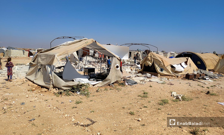"""قوات النظام استهدفت بشكل مباشر بقذائف المدفعية مخيم """"الأبرار"""" الواقع بالقرب من قرية طعوم شمال شرق إدلب - 9 حزيران 2021(عنب بلدي/أنس الخولي)"""