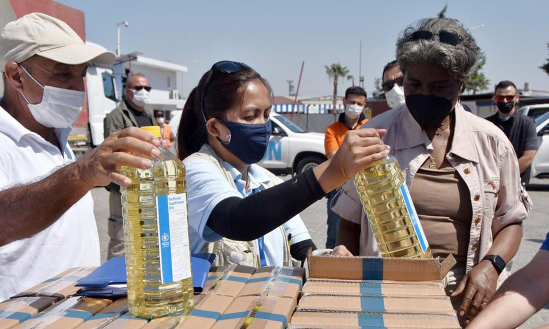 """سفيرة الولايات المتحدة لدى الأمم المتحدة، ليندا توماس غرينفيليد تفحص مواد الإغاثة عند معبر """"باب الهوى"""" الحدودي بين تركيا وسوريا - 3 حزيران 2021 (AP)"""