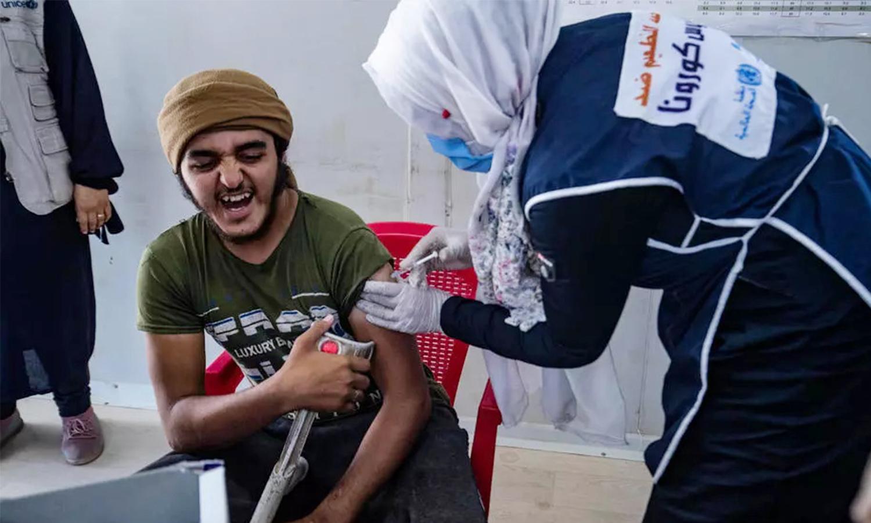 """التطعيم ضد فيروس """"كورونا"""" في مخيم""""الهول""""_24 من حزيران 2021 (فرانس برس)"""