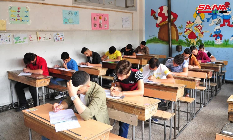 طلاب يتقدمون لامتحانات الشهادة الثانوية لعام 2021 في دمشق (سانا)